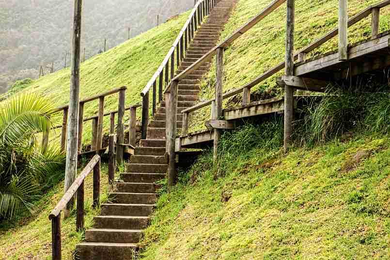 cruce de escaleras de madera construidas en una ladera de una colina