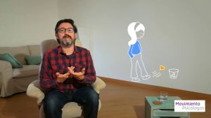 Hombre sentado hablando con dibujo de una chica dándole una patada a un corazón