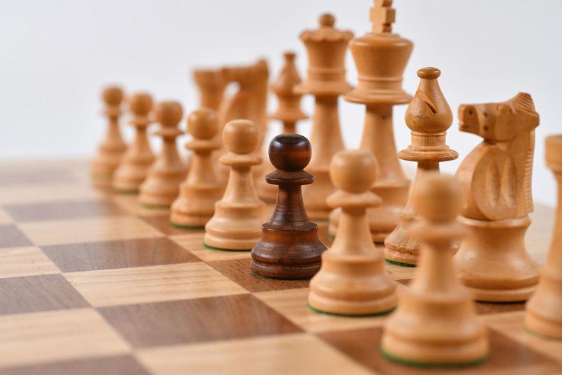 piezas blancas de ajedrez, menos un peón de color negro